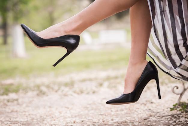 Close-up da mulher com saltos pretos Foto gratuita