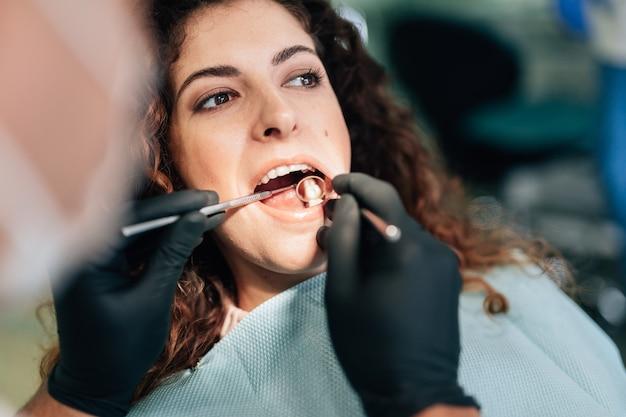 Close-up da mulher fazendo um check-up no dentista Foto gratuita