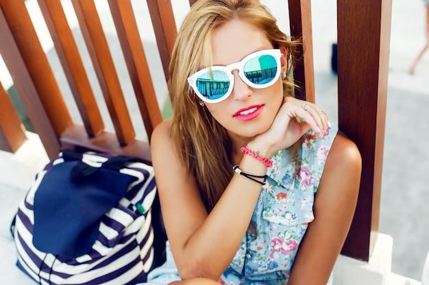 Close-up da mulher loura com óculos de sol brancos Foto gratuita