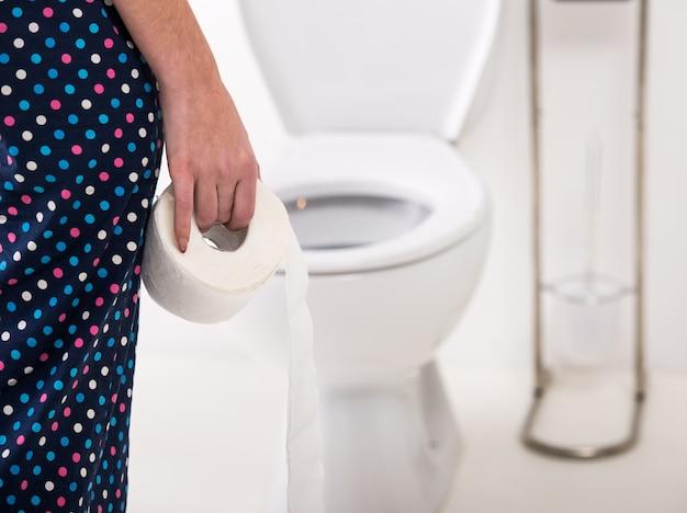 Close-up da mulher no toalete na manhã. Foto Premium