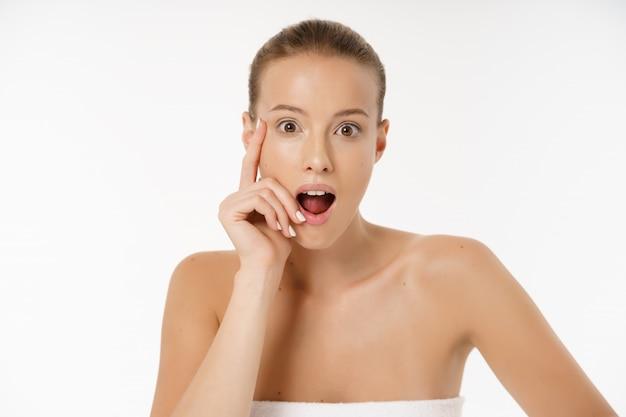 Close-up da mulher preocupada olhando para espinha no rosto Foto Premium