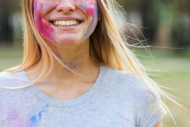 Close-up da mulher sorridente, coberto de cores Foto gratuita