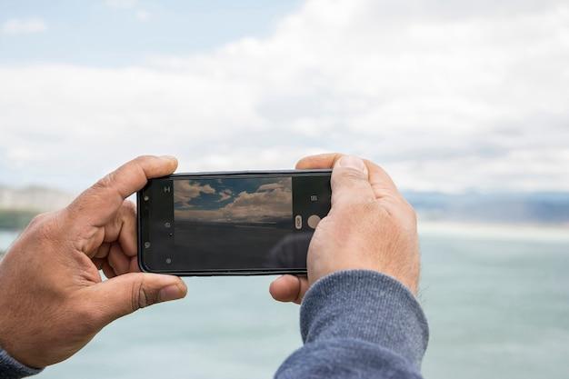 Close-up da tela da câmera smartphone fotografando bela paisagem Foto Premium