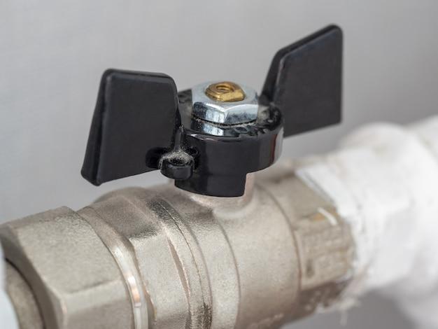 Close-up da válvula da bateria de aquecimento doméstico. regulação do fluxo e temperatura na sala Foto Premium