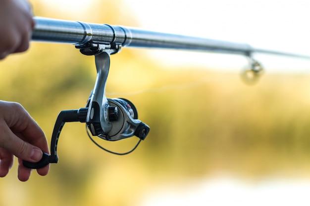 Close-up da vara de pesca. pesca no lago. equipamento de pesca Foto Premium