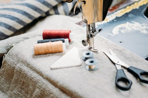 Close-up da velha máquina de costura vintage mão, ferramentas de costura e acessórios Foto Premium