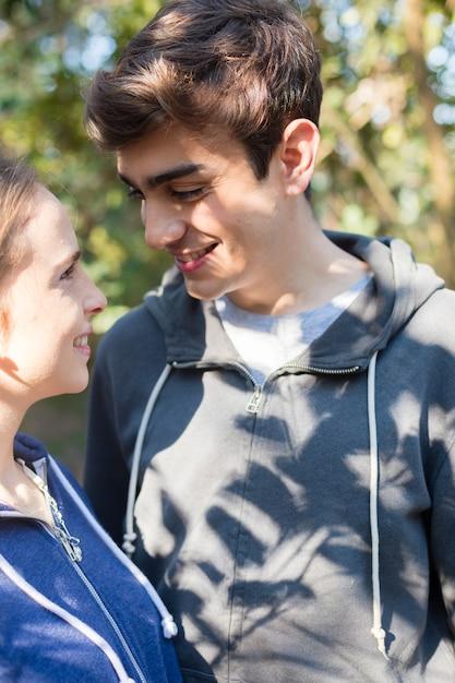 Close-up de adolescentes que flertam em um dia ensolarado Foto gratuita