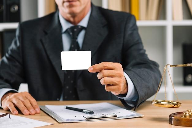 Close-up, de, advogado, mostrando, cartão branco branco, com, contrato, ligado, tabela Foto gratuita
