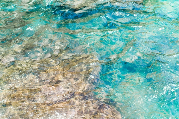Close-up de água ondulada cristalina na praia Foto gratuita