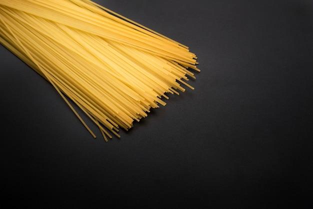 Close-up, de, amarela, espaguete longo, macarronada, ligado, cozinha, worktop Foto gratuita