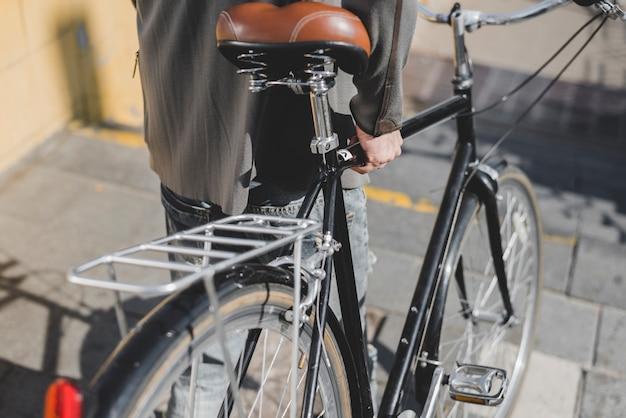 Close-up, de, andar homem, com, bicicleta, ligado, escadaria Foto gratuita