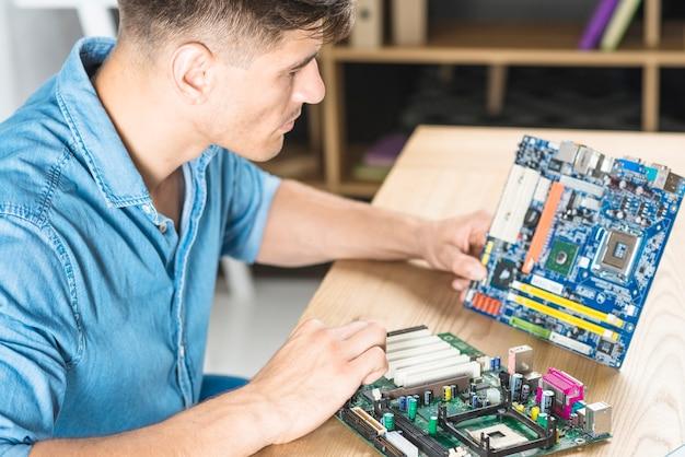 Close-up, de, aquilo, homem, aprendizagem, a, motherboard, circuito Foto gratuita