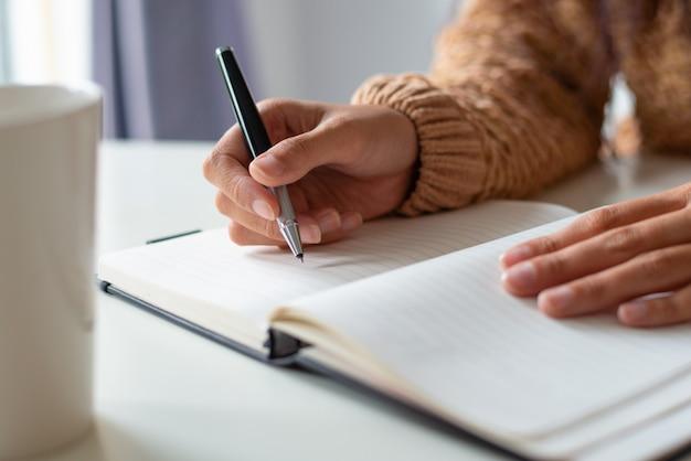 Close-up, de, assento mulher, em, tabela, e, cronograma planificação Foto gratuita