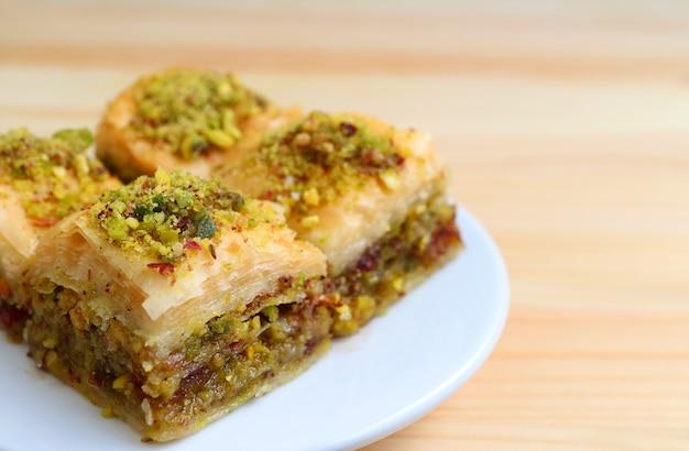 Close-up, de, baklava, doces, com, pistaches, nozes, servido, tabela madeira Foto Premium