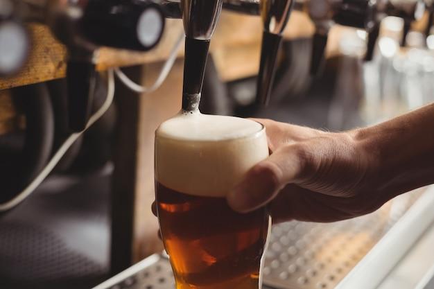 Close-up de bar concurso cerveja de enchimento da bomba de bar Foto gratuita