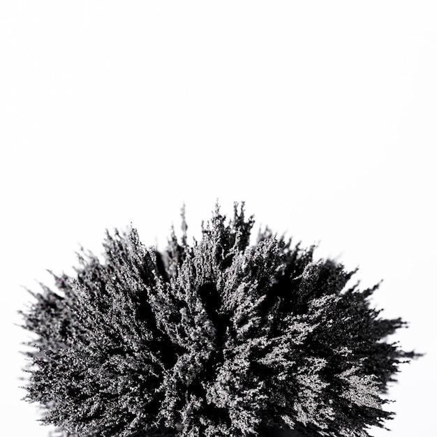 Close-up de barbear metálico magnético no fundo branco Foto gratuita