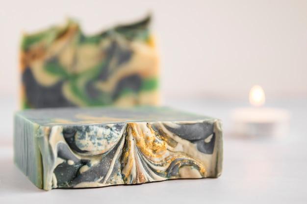 Close-up de barra de sabão colorido quebrado no fundo branco Foto gratuita