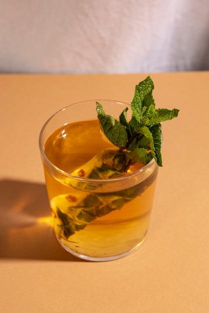 Close-up de bebida cocktail na mesa marrom Foto gratuita