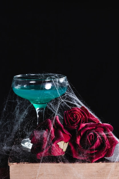 Close-up de bebida verde com rosas Foto gratuita