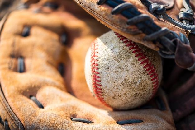 Close-up de beisebol na luva Foto gratuita