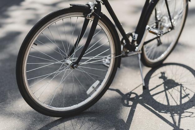 Close-up, de, bicicleta, estacionado, ligado, rua, em, luz solar Foto gratuita