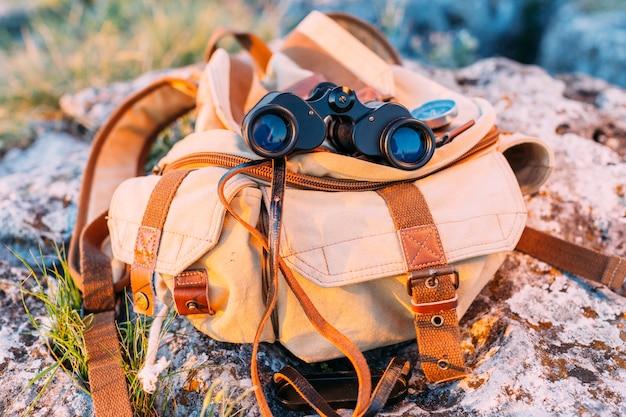 Close-up, de, binocular, e, saco, ligado, rocha Foto gratuita