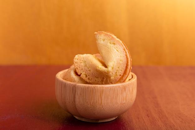 Close-up de biscoitos da sorte na tigela para o ano novo chinês Foto gratuita