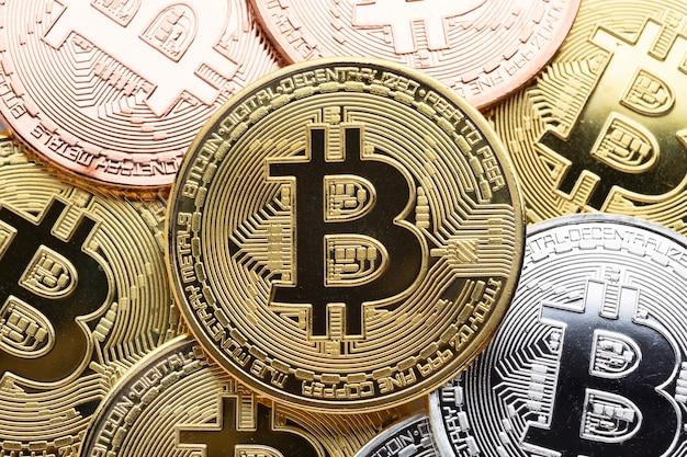 Close-up de bitcoin dourado Foto gratuita