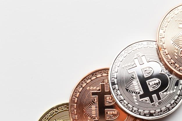 Close-up de bitcoin em cores diferentes Foto gratuita