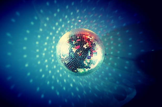 Close-up de bola de discoteca no teto Foto gratuita