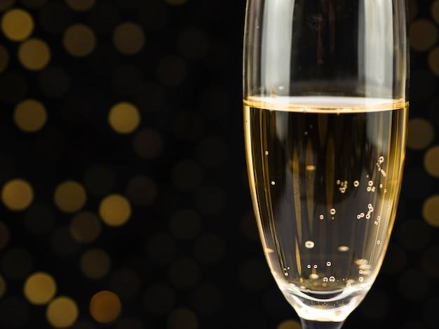 Close-up de bolhas na taça de champanhe Foto gratuita
