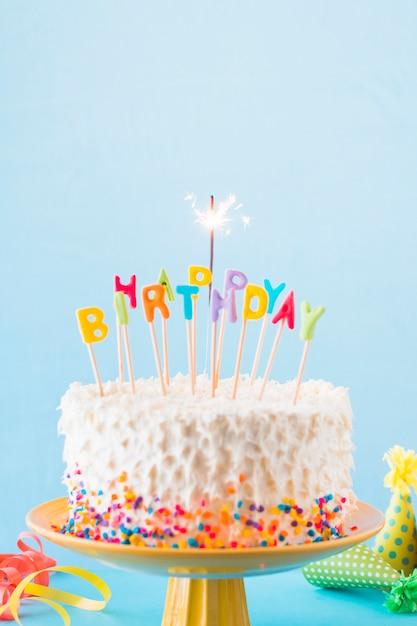Close-up, de, bolo aniversário, com, queimadura, sparkler Foto gratuita