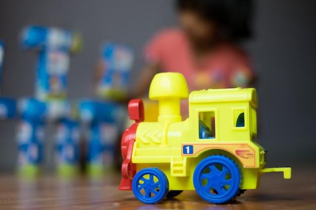 Close-up de brinquedo de carro com crianças brincando de brinquedos Foto Premium