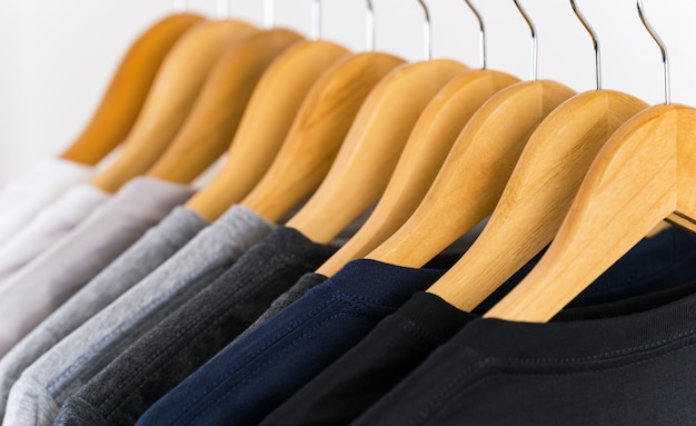Close-up de camisetas em cabides Foto Premium