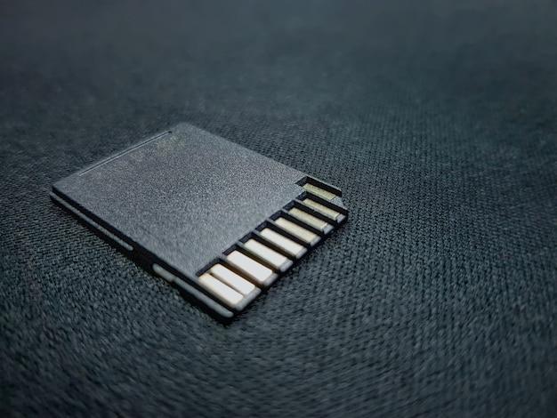 Close-up de cartão sd preto para armazenar arquivos de mídia com foco seletivo Foto Premium