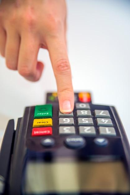 Close-up de cartões de serviço com pos-terminal. imagem em cores de um pos e cartões de crédito. máquina de leitor de cartão de crédito no fundo branco Foto gratuita