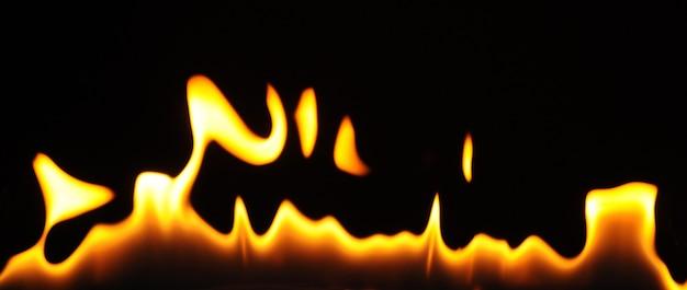 Close-up de chamas de um queimador de álcool em um fundo escuro Foto Premium