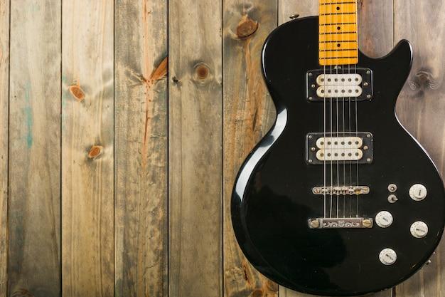 Close-up, de, clássico, violão elétrico, ligado, tabela madeira Foto gratuita