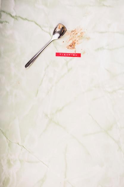 Close-up, de, colher, e, comido, tiramisu, sobremesa, ligado, mármore Foto gratuita