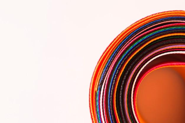 Close-up, de, coloridos, curvado, fitas, branco, fundo Foto gratuita