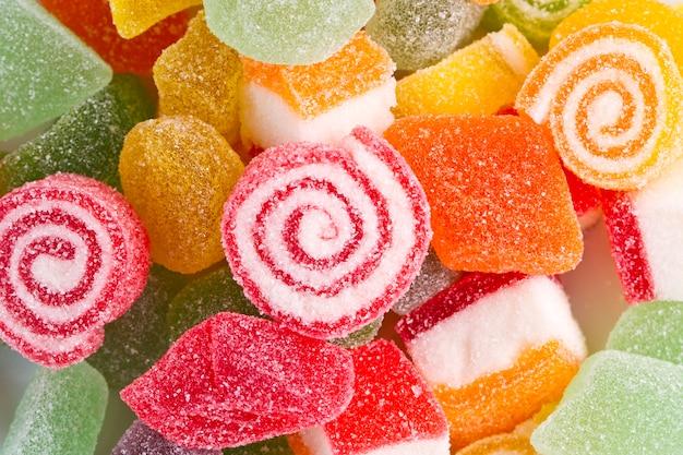 Balas de goma coloridas são alimentos não saudáveis que devem ser evitados