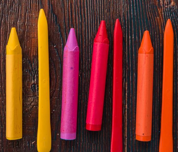 Close-up, de, coloridos, lápis cera, sobre, madeira, textured, prancha Foto gratuita