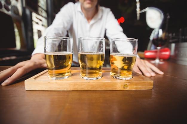 Close-up de copos de cerveja no balcão do bar Foto gratuita