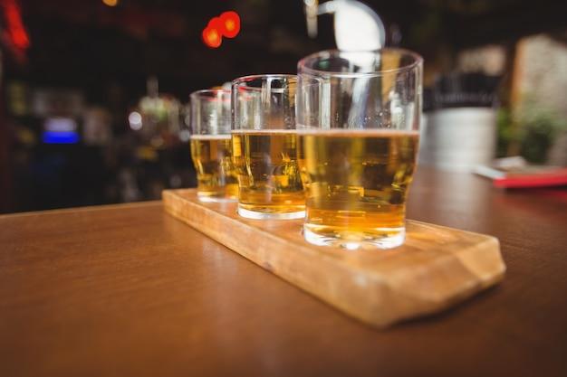 Close-up de copos de cerveja no balcão Foto gratuita
