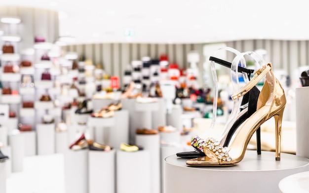 Close-up de cor dourada e sapatos de salto alto de cor preta em uma loja Foto Premium