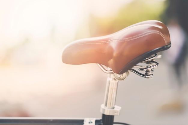 Close-up, de, couro, bicicleta, sela, em, ao ar livre Foto gratuita