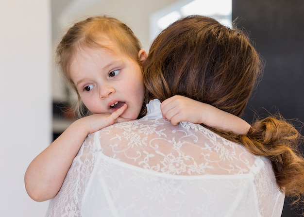 Close-up, de, cute, filha, abraçando, dela, mãe Foto gratuita