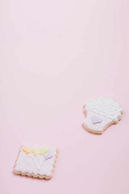 Close-up de deliciosos biscoitos no fundo rosa Foto gratuita