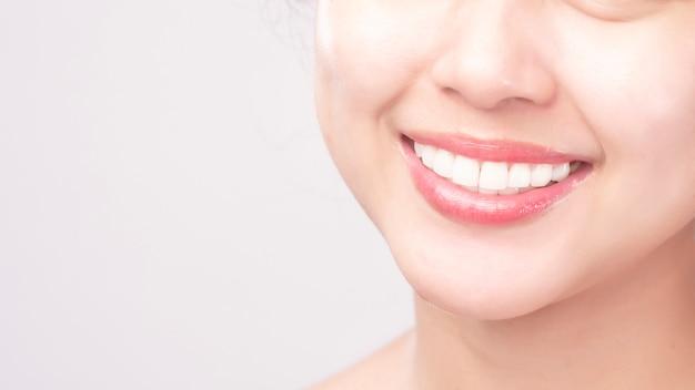 Close-up de dentes saudáveis brancos de mulher jovem e bonita sorriso Foto Premium