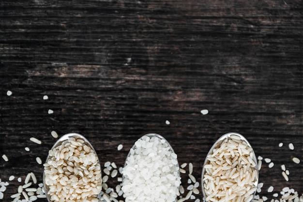 Close-up, de, diferente, tipo, de, arroz, em, colher, ligado, madeira, fundo Foto gratuita